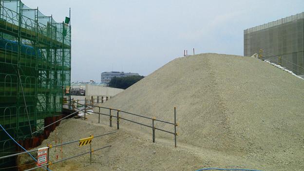 あぢぃ~ 丁張りの杭打ち、地盤固くて死にそう(XX) 工事現場に砂のピラミッド!?