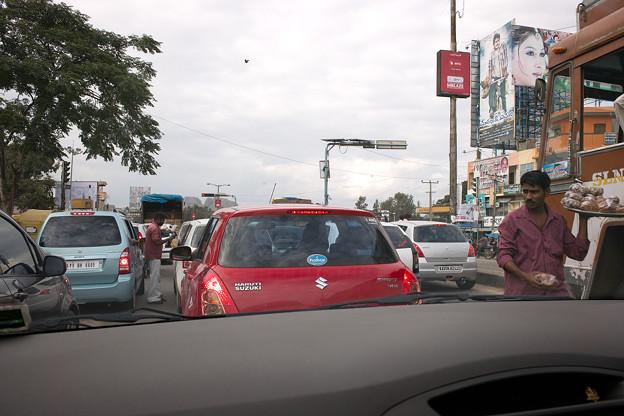 渋滞に物を売る男 @インド マイソール