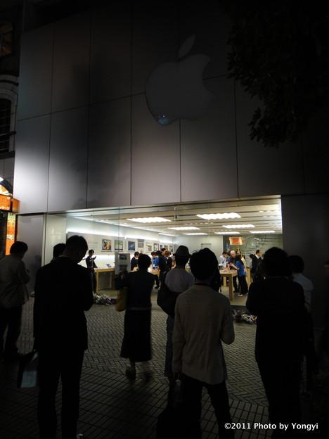 アップルストア渋谷に集まる人々