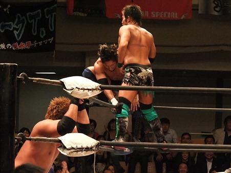 ドラゴンゲート B×Bハルク&斎藤了vs横須賀享&KAGETORA 20111012 (2)