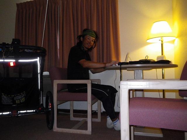 モーテルの一室でブログ更新中。