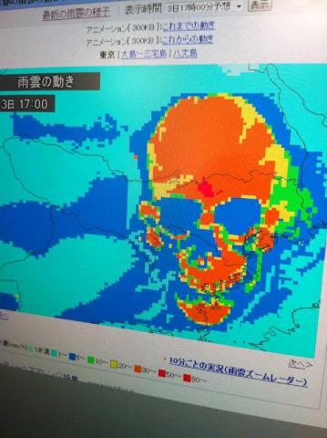 写真: 夕方に東京にかかる雨雲が素...